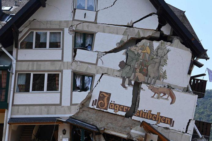 Wat er rest van hotel-restaurant 'Jägerstübchen' in Laach in het zwaar getroffen stroomgebied van de Ahr.