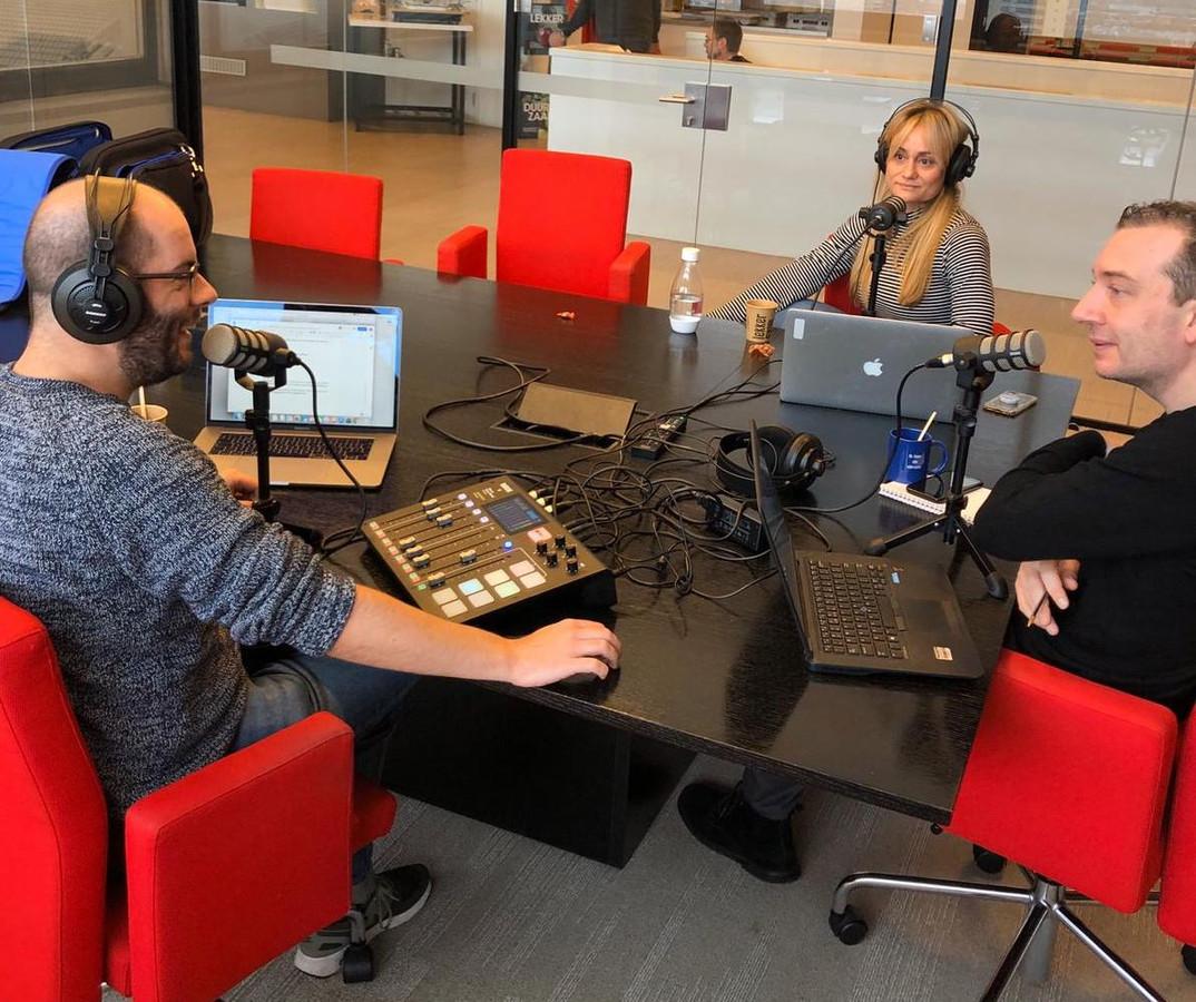 Kevin Goes, Charlene Heezen en Gudo Tienhooven tijdens de opnames van Bingewatchers, de podcast over series