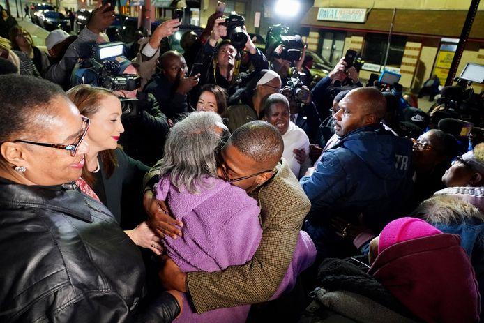 Alfred Chesnut knuffelt zijn moeder na de vrijlating