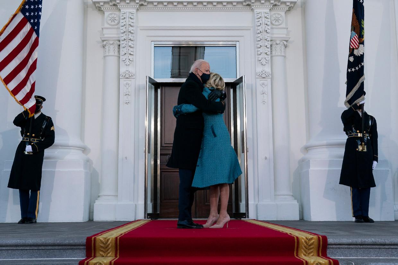 Joe en Jill Biden staan woensdag bij aankomst op het Witte Huis voor een dichte deur. Beeld Evan Vucci / AP