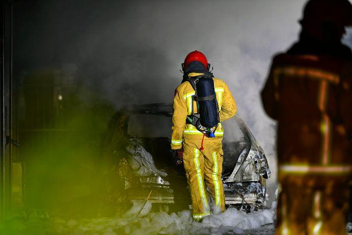 Drie voertuigen uitgebrand onder carport in Valkenswaard, politie sluit brandstichting niet uit