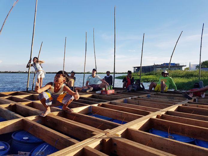 De drijvende woningen worden met lokale aannemers gemaakt en zijn voor het grootste deel opgetrokken uit hout.
