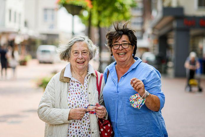 Moeder Mechteld en dochter Kristin Amshoff hebben ondanks de verscherpte coronaregels voor Nederland boodschappen gedaan in Overdinkel.