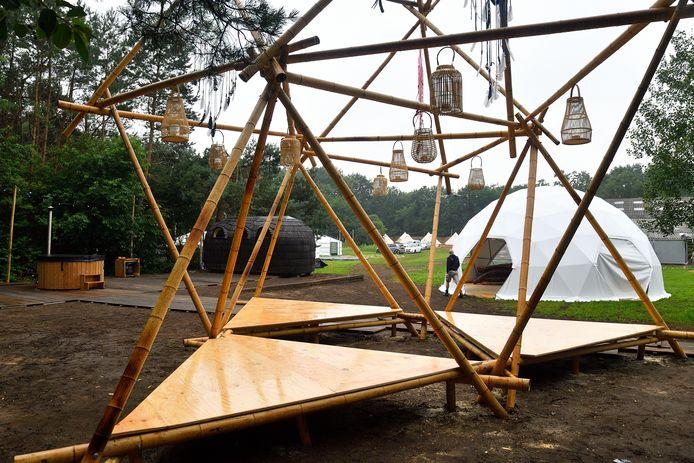 Camping Common Grounds wil een magische beleving meegeven aan de gasten. Links de sauna en wellness. De koepeltent wordt ingericht als yogaruimte.