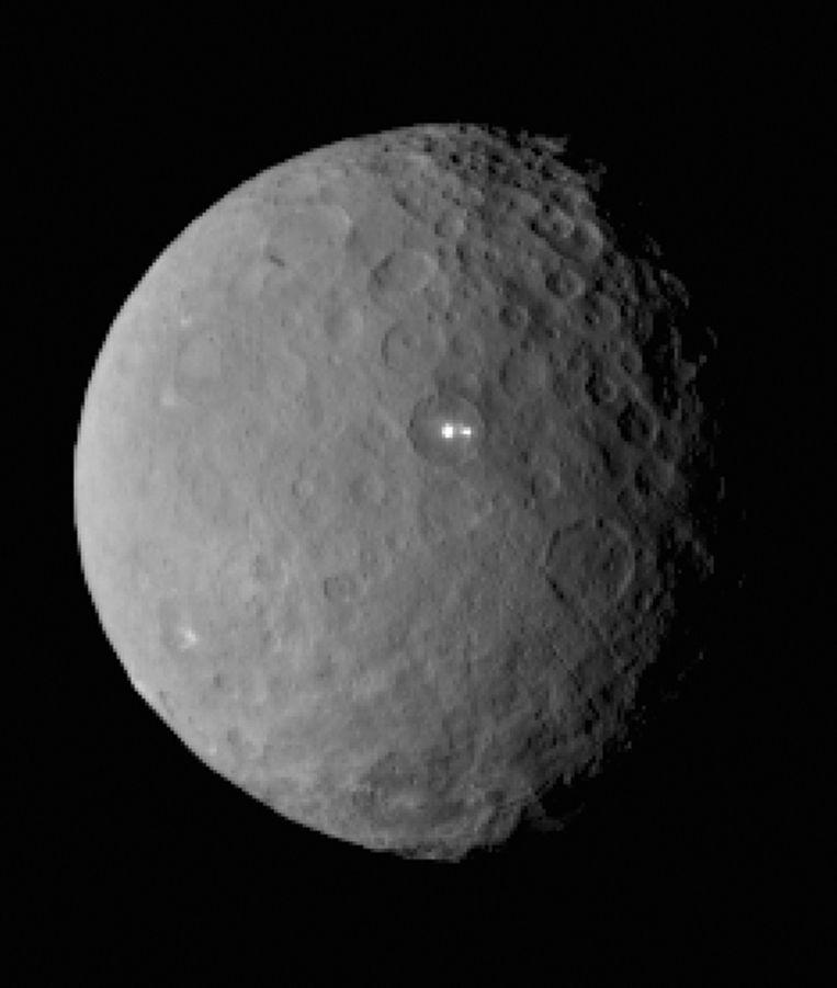 Twee lichtvlekken op dwergplaneet Ceres. Beeld afp