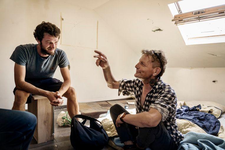 Straathoekwerker Simon Mertens (l.) en Jean-Louis (r.) in het kraakpand aan de Oude Markt. Beeld Eric de Mildt