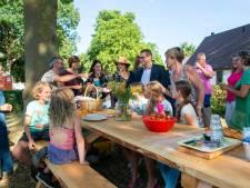 Picknickbank voor de Druif in Klundert feestelijk ingewijd: 'We zijn er heel blij mee'