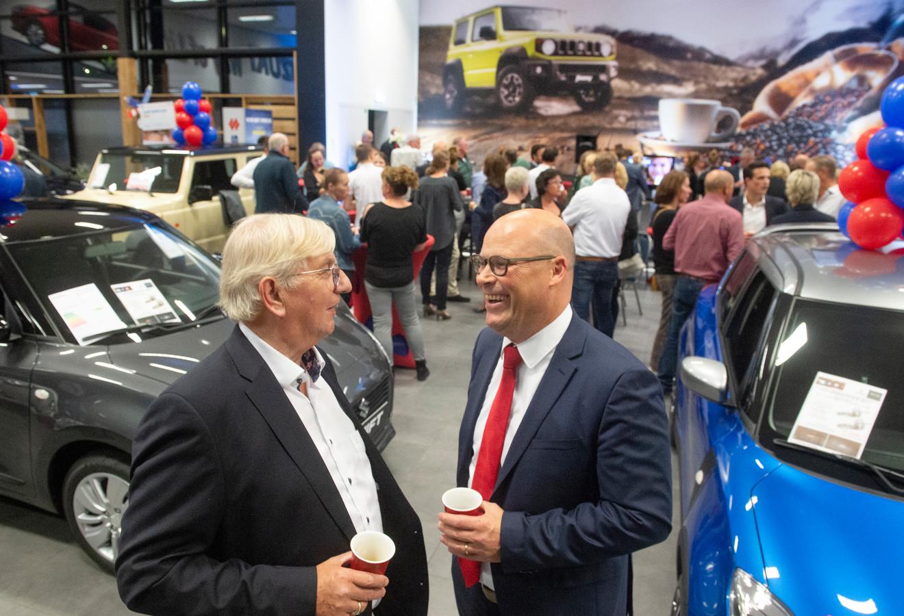 De Suzuki-garage aan de Singel te Oss wordt overgedragen van John Boekelder (links) aan Bas Huiskes.
