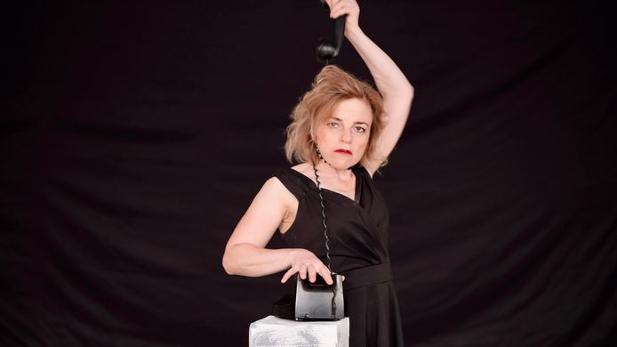 Ksenia Marasanova in één van haar archetypische karakters in de voorstelling De Mantel.