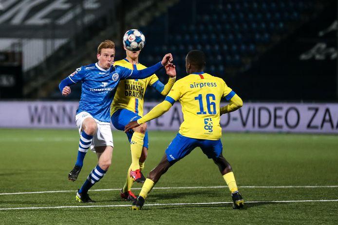 Romano Postema (in duel met Alex Bangura (16) van SC Cambuur) was goed voor een goal en een assist voor FC Den Bosch.