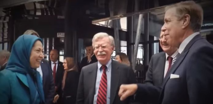 Ook aanwezig op de massabijeenkomst: John Bolton, toenmalig Amerikaans Nationaal Veiligheidsadviseur. Hij staat gekend als een havik inzake het Iraanse ayatollah-regime.