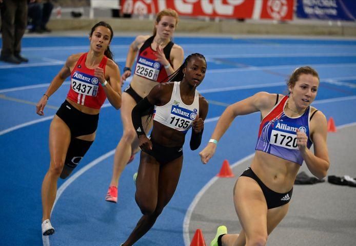 Hanne Maudens aan de leiding van de 400m op het BK
