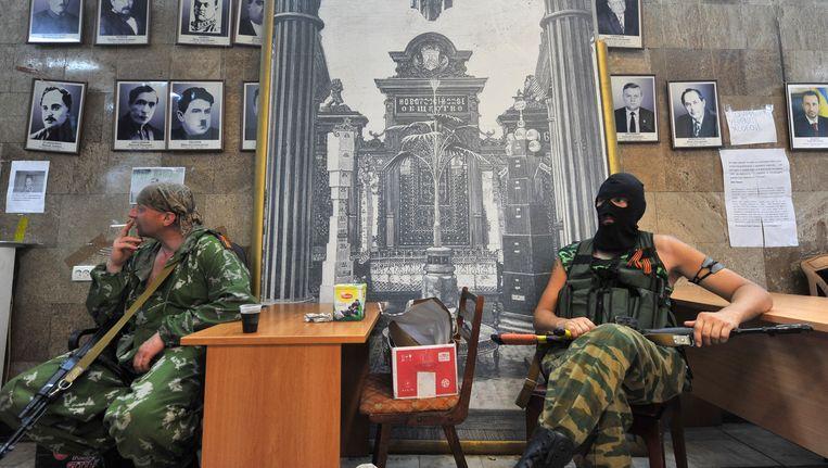 Pro-Russische separatisten rusten uit in een regeringsgebouw in Donetsk dat ze zojuist hebben ingenomen.