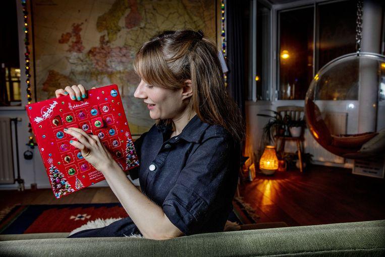 Lanie Preston pakt een chocolaatje uit haar adventskalender. Beeld Jean-pierre Jans