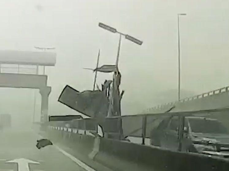 Stofhoos raast over snelweg en sleurt metalen dak op de baan