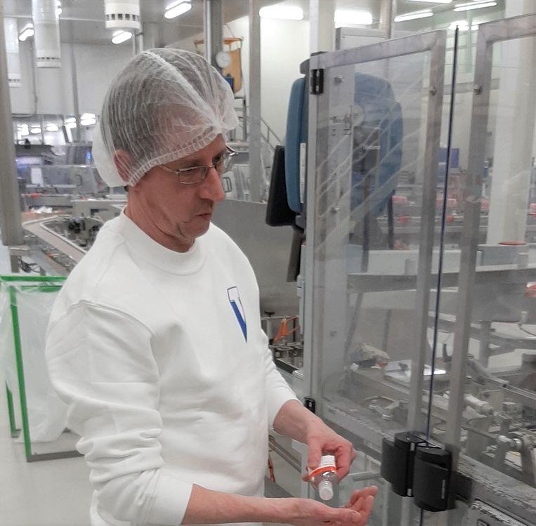 Een medewerker van Tiense Suiker met handgel.