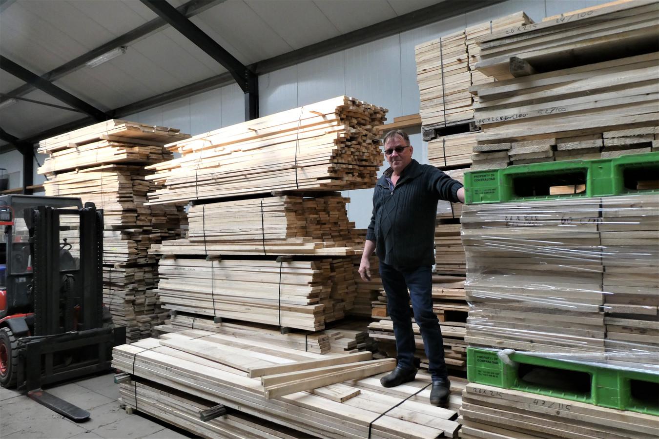 Tiny van de Vleuten aan het werk in zijn sorteercentrum voor peppelhout.
