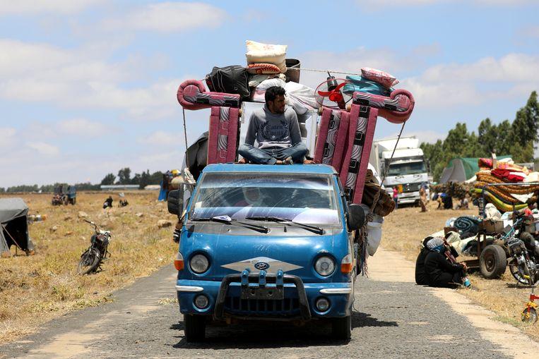 Vluchtelingen uit de provincie Deraa komen aan in Quneitra, Syrië. Beeld REUTERS