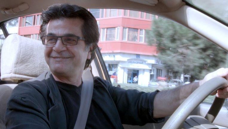 Jafar Panahi als toeluisterende taxichauffeur Beeld Taxi Teheran