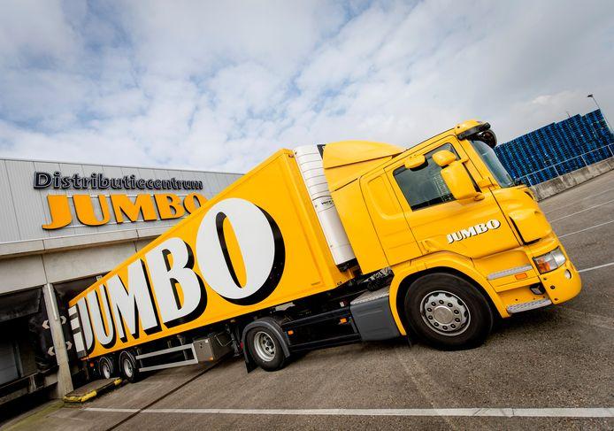 Een vrachtwagen bij het distributiecentrum van supermarkt Jumbo.