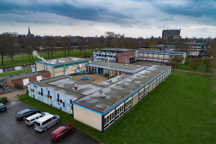 Het Ichthus College gaat flink op de schop en krijgt nieuwbouw. Tijdens de bouwwerkzaamheden wil de school leerlingen les laten volgen in noodlokalen op het terrein aan de Jan Ligthartstraat.