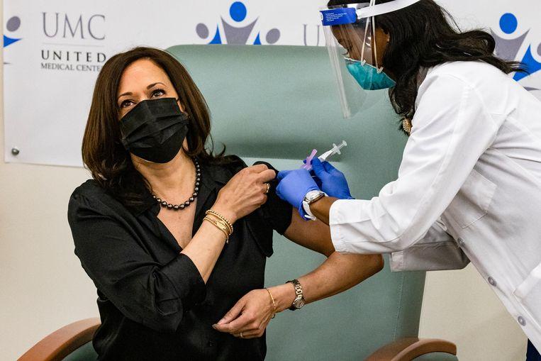 Kamala Harris, toekomstig vice-president van de VS, laat zich 29 december in Washington DC inenten met het Modernavaccin.  Beeld Samuel Corum / Getty