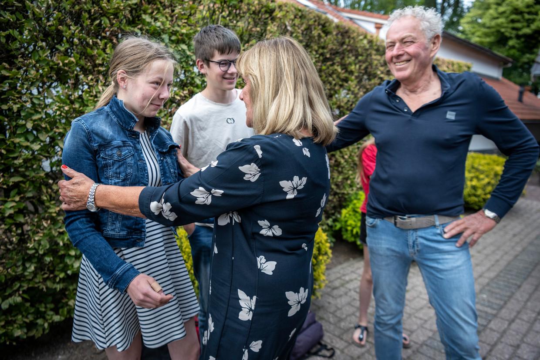 Anneke Sonderen (67) en Noel van Baal (70) hebben op 6 juni hun tweede vaccinatie gehad. Zaterdag kregen ze voor het eerst sinds vorige zomer weer hun kinderen en kleinkinderen op bezoek. Beeld Linelle Deunk