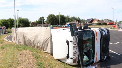 Vrachtwagen kantelt op pas aangelegde ontsluitingsweg aan VPK