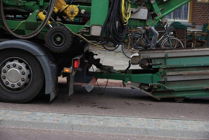 Oldtimerbus botst op aanhanger van vrachtwagen in Boekel.