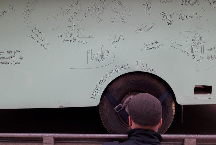 Op de zijkant van de barcaravan lieten mensen die aan de herbestemming van KVL werkten hun handtekening na