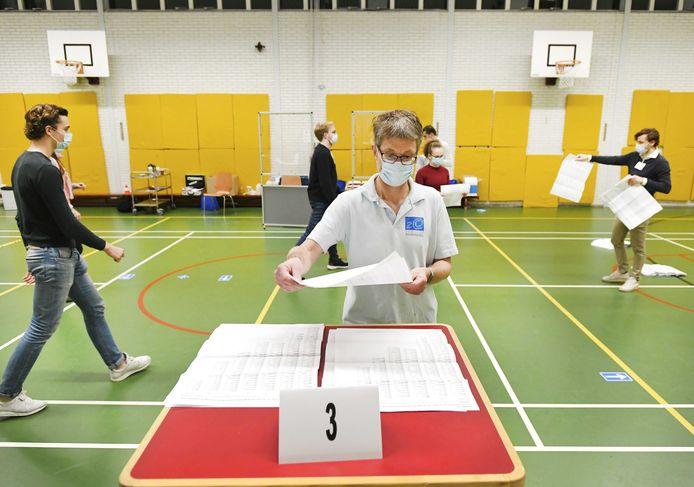 Stemmentellers aan het werk in het stembureau in middelbare school 2College Durendael.