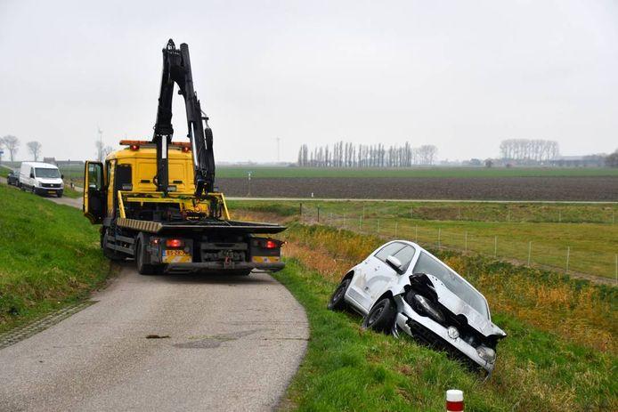 De auto werd door een berger uit de sloot gehaald.