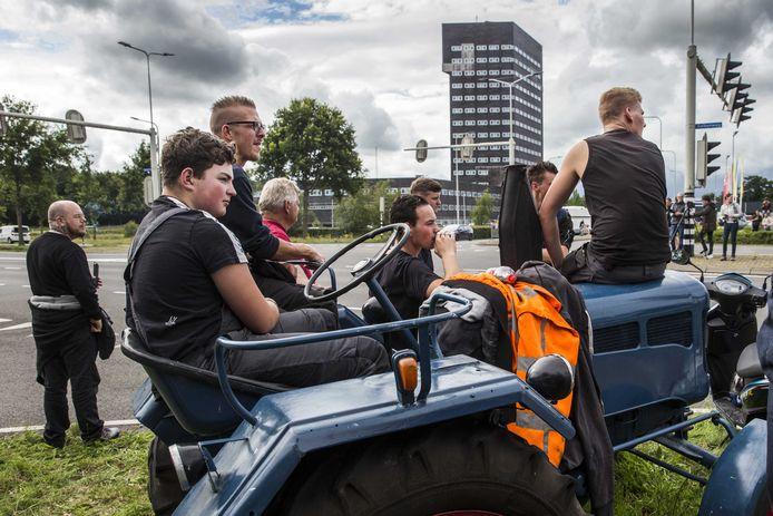 Familieleden en sympathisanten verzamelden zich bij het politiebureau in Assen, waar boeren werden vastgehouden na hun blokkade met tractoren en auto's van het afvalverwerkingsbedrijf Attero in het Drentse Wijster.