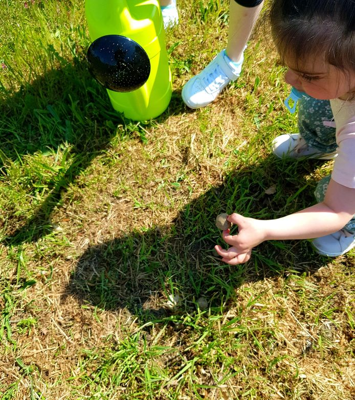 Kinderen maken zaadbommen in Houthalen-Oost.