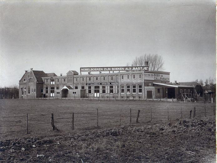 Foto van uitgeverij Callenbach aan de Hoogstraat in Nijkerk, ergens in de jaren veertig.