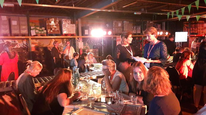 De 15e editie van het Maatschappelijk Ondernemen 040 Diner, maandagavond bij de Voedselbank. Ilse Heinsman (staand) van de Rabobank in gesprek met oprichter Esther Hofstede (r) van Samen voor Eindhoven, de drijvende kracht achter dit initiatief.