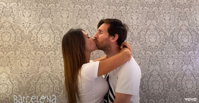 Lionel Messi zoent zijn vrouw Antonella Roccuzzo in de populaire clip van rapper Residente. Beeld YouTube