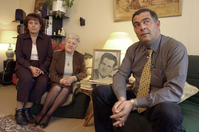 Malika Boumendjel (midden), de weduwe van Ali Boumendjel poseert met twee van haar kinderen Dalila en Farid in 2001.