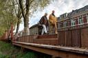 Het hekwerk bij de Zuid-Willemsvaart heeft drie grote gaten waar je op de rand kunt zitten.