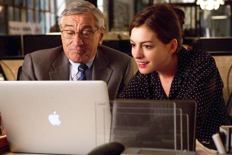 Robert De Niro en Anne Hathaway in The Intern van Nancy Meyers Beeld