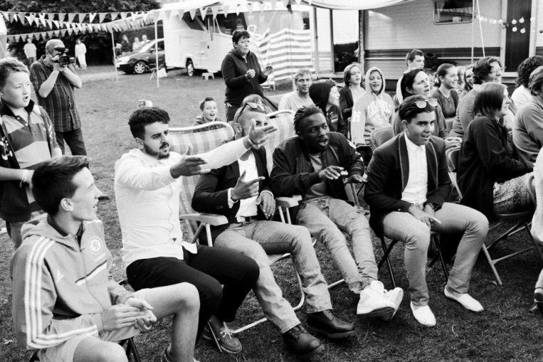 Familie, vrienden en kennissen worden opgetrommeld om als toeschouwer te fungeren bij de 'muzikale avond' op de camping. Beeld Thomas Sweertvaegher