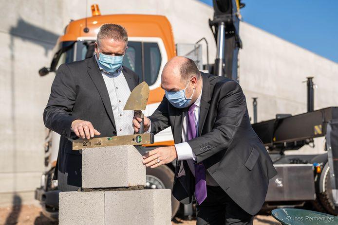 Dominic De Gruyter en Bart Craane leggen de eerste steen.