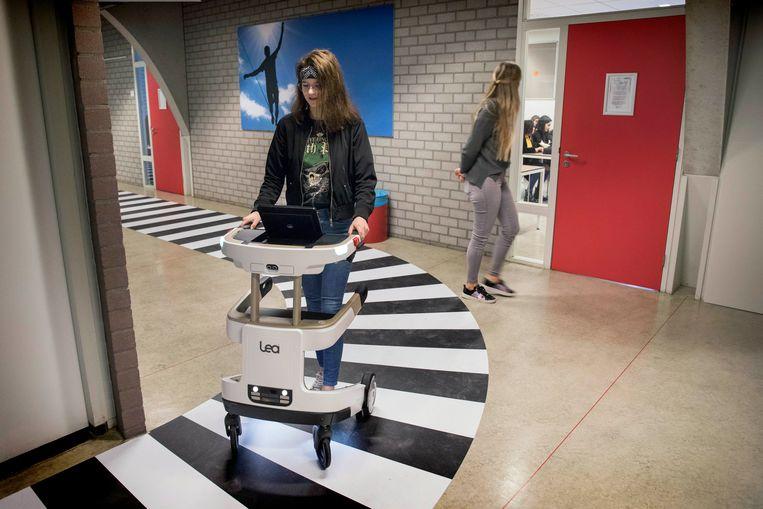 Verpleegkundestudent Birte Hemmes met de interactieve rollator. Achter haar staat medestudent Vivian Veen. Beeld Werry Crone