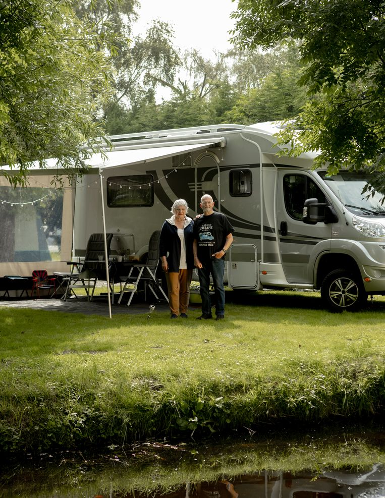 Jeanne en Cor op Camping het Rietveen in Landsmeer. Beeld Desiré van den Berg