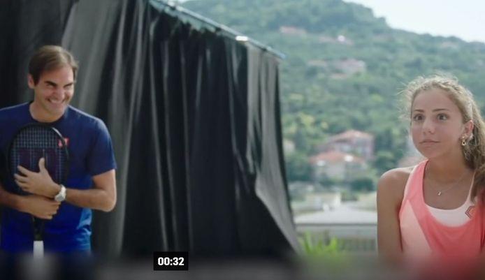 Still uit video van Federer en de daktennissende meisjes.