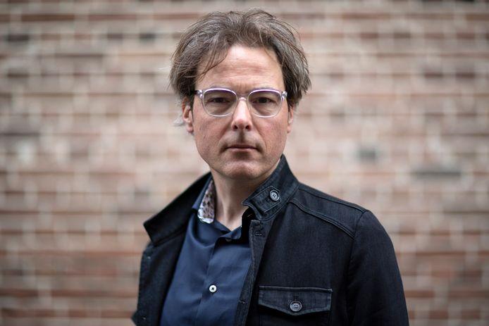 """Schrijver Bas Steman is zijn uitgeverij Nieuw Amsterdam dankbaar. ,,Die mensen hebben hun nek uitgestoken. Dat een Nederlandse uitgever een Engelse versie uitbrengt van een roman, gebeurt hoogstzelden."""""""