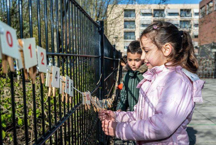Buitenlesdag op Kindcentrum Mozaïek in Helmond.