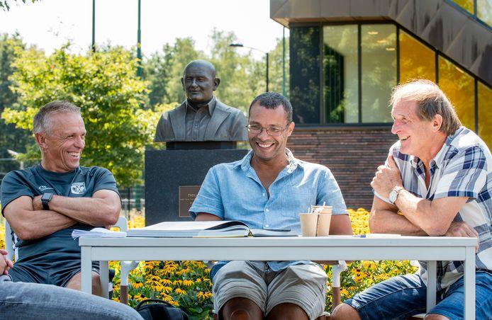 Helden van weleer van Vitesse in gesprek, met het borstbeeld Theo Bos als achtergrond. Edward Sturing (links), Roberto Straal (midden) en Frans Thijssen.