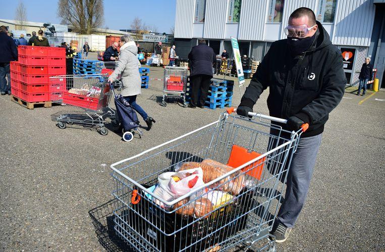 Het terrein van de voedselbank in Deventer. De nieuwe aanwas van vrijwilligers is daar nu groter dan de uitval (zo'n 10 procent). Beeld Marcel van den Bergh