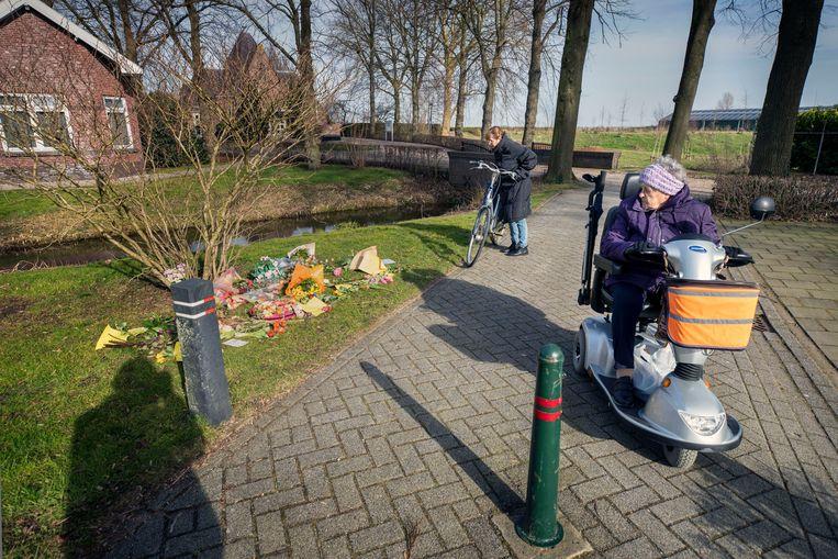 Complotdenkers legden bloemen en kaartjes op de begraafplaats in Bodegraven neer met teksten als 'slachtoffers van kindermisbruik', 'satanische pedoterreur' en 'Stop met Van Dissel'. Beeld Werry Crone